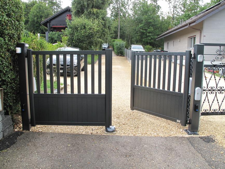 portail battant en aluminium, avec une porte entrouverte
