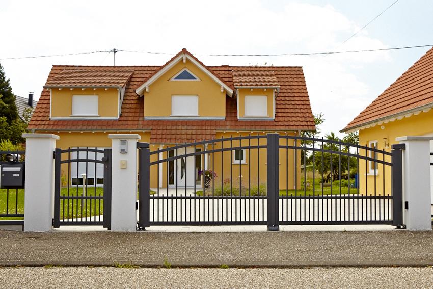 portail style fer forgé noir avec portillon